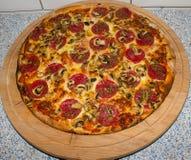Grande pizza su un primo piano del piatto Fotografia Stock Libera da Diritti
