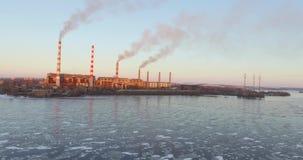 Grande planta da vista aérea no fundo da cidade e do rio video estoque