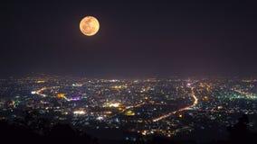 Grande pleine lune se déplaçant plus d'en centre ville clips vidéos