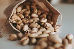 Grande poignée de pistaches image stock