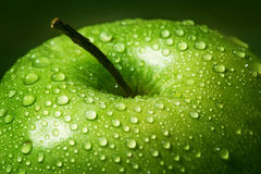 Grande pomme dans les gouttes de l'eau photo libre de droits