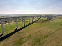 A grande ponte de estrada de ferro cruza um vale fotos de stock