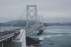 Grande ponte de Naruto com fundo cinzento do céu no dia nebuloso em Tokushima fotos de stock royalty free