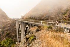Grande ponte dell'insenatura sulla strada principale 1 della costa del Pacifico immagine stock