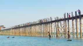 Grande ponte di legno Pesca locale e nuotata Ponticello di U Bein Fotografia Stock Libera da Diritti