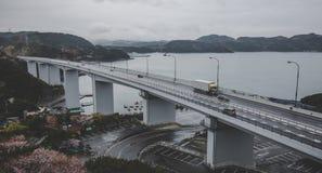 Grande ponte di Naruto con il fondo grigio del cielo nel giorno nuvoloso a Tokushima Immagine Stock Libera da Diritti