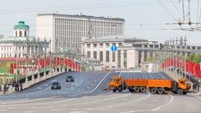 Grande ponte di pietra decorato con le bandiere Immagini Stock Libere da Diritti