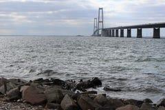 Grande ponte dinamarquesa da correia Foto da ponte e do mar Construção de ponte imagem de stock