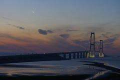 Grande ponte sospeso della cinghia, Danimarca, al sunrice Fotografia Stock