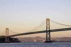 Grande ponte sospeso sopra una massa di acqua fotografie stock