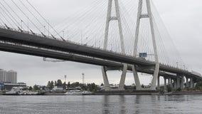 Grande ponte strallato di Obukhovsky, fiume di Neva archivi video