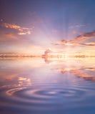 Grande por do sol à superfície da àgua Imagens de Stock