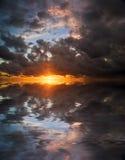 Grande por do sol à superfície da àgua Imagem de Stock