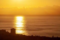 Grande por do sol pelo mar com nuvens foto de stock