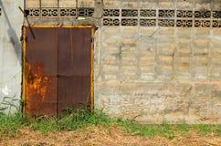 Grande porta d'acciaio arrugginita d'annata Fotografia Stock