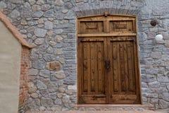 Grande porta de madeira velha na parede da rocha Foto de Stock Royalty Free