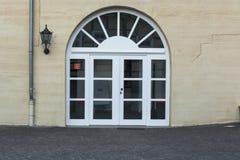 Grande porta dell'arco rotondo con i gradini Fotografie Stock