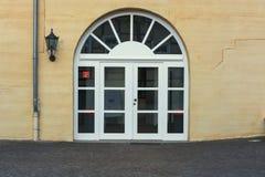 Grande porta dell'arco rotondo con i gradini Fotografia Stock Libera da Diritti