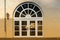 Grande porta dell'arco rotondo con i gradini Immagini Stock