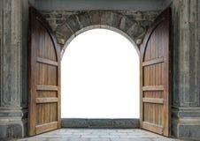 Grande porta di legno aperta in parete del castello fotografia stock