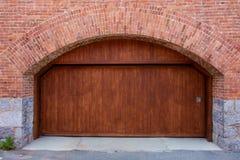 Grande porta di legno del garage con l'arco Fotografie Stock