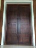 Grande porta di legno marrone Fotografie Stock
