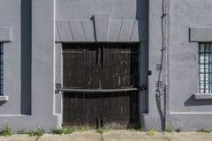 Grande porta di legno su vecchia costruzione nel campo di concentramento fotografie stock
