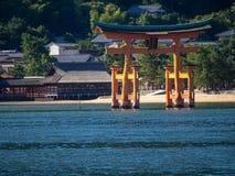 Grande porta do santu?rio de Itsukushima, Jap?o de O-torii imagens de stock royalty free