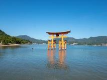 Grande porta do santu?rio de Itsukushima, Jap?o de O-torii fotos de stock royalty free