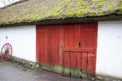 Grande porte dans la vieille cage de grange ou de poulet images stock