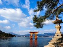 Grande porte rouge de Torii en mer Photo libre de droits