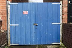 Grande portone di legno blu immagine stock libera da diritti