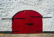 Grande portone di legno rosso Fotografie Stock