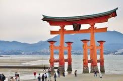 Grande portone di Torii all'isola di Miyajima a Hiroshima, Giappone immagini stock