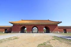 Grande portone rosso nelle tombe reali orientali di Qing Dynasty, c Fotografia Stock