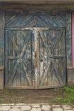Grande portone verde di legno al magazzino Vecchio magazzino nel quartiere industriale fotografia stock