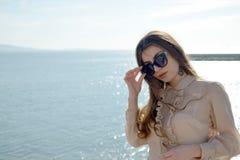 Grande pose de lunettes de jeune belle longue fille de cheveux Image stock