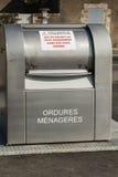 grande post-utilizzazione pubblica francese moderna dei rifiuti passando Immagine Stock Libera da Diritti