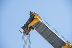 Grande potence de grue sur le fond de ciel bleu Photographie stock libre de droits