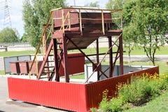 Grande poubelle brune industrielle de collecte des déchets, poubelles à un ensemble industriel images stock