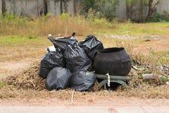 grande poubelle verte de wheelie pour des déchets, fond public de déchets, grand image libre de droits