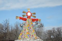 Grande poupée - symbole des crêpes semaine, épouvantail pour brûler comme symbole d'extrémité d'hiver et venir de ressort photo stock