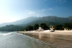 Grande praia com torres da salva-vidas Imagem de Stock