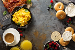 Grande prima colazione con bacon e le uova rimescolate fotografie stock