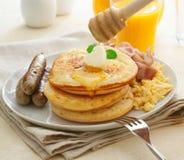 Grande prima colazione cucinata calorosa Fotografie Stock Libere da Diritti