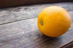 Grande primo piano arancio su un bordo di legno Fotografia Stock Libera da Diritti