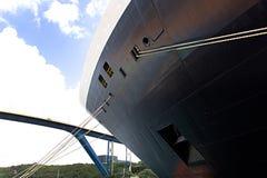 Grande proa imponente de uma embarcação fotografia de stock