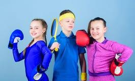 Grande progresso Crianças felizes em luvas de encaixotamento com raquete e bola de tênis Saúde da energia da aptidão KO de perfur fotos de stock royalty free