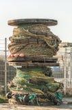 Grande puleggia di legno che sta verticale fotografia stock libera da diritti