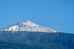 Grande punto di vista del pico del teide innevato in Tenerife immagini stock libere da diritti